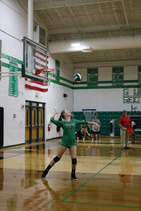 Sophomore%2C+Brianna+Leonard%2C+prepares+to+serve+the+ball.